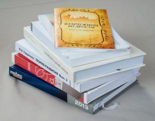 Напечатанные книги на фото